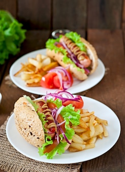 ケチャップマスタードとレタスの木製のテーブルのホットドッグ。