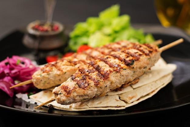 Фарш из люля кебаб на гриле, индейка (курица) со свежими овощами.
