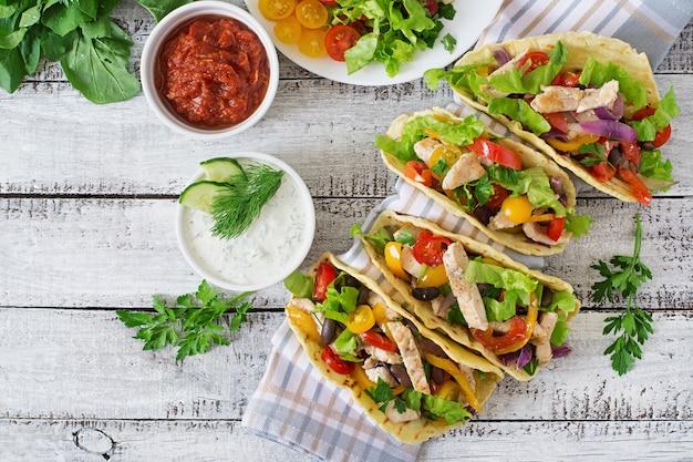 Мексиканские тако с курицей, сладким перцем, черной фасолью и свежими овощами