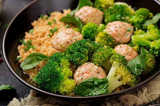 キノアとゆでたブロッコリーの付け合わせと鶏ササミの焼きミートボール。適切な栄養。スポーツ栄養。食事メニュー