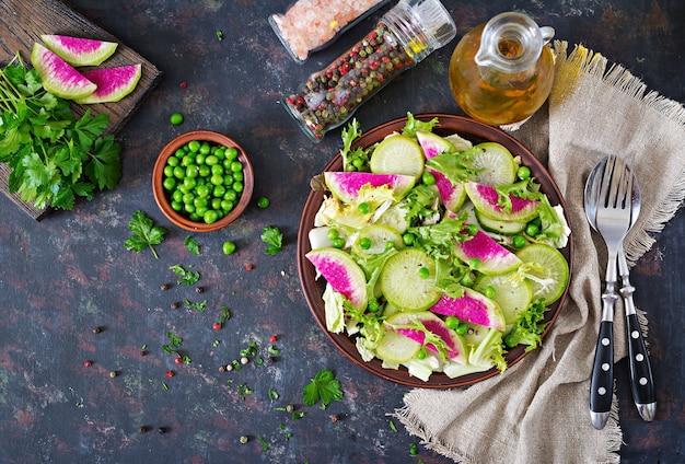 大根、キュウリ、レタスの葉からのサラダ。ビーガン料理。食餌療法のメニュー。