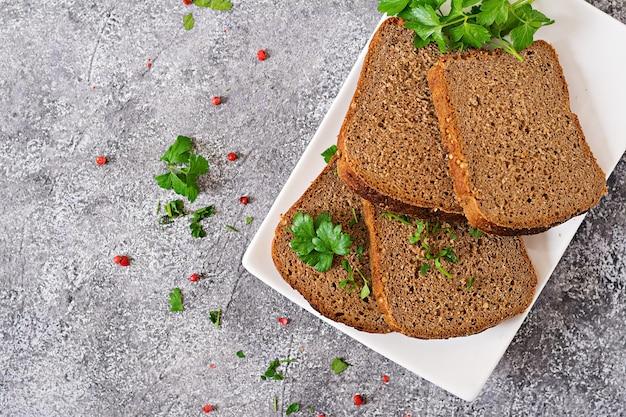 プレート上のライ麦パンの部分。上面図