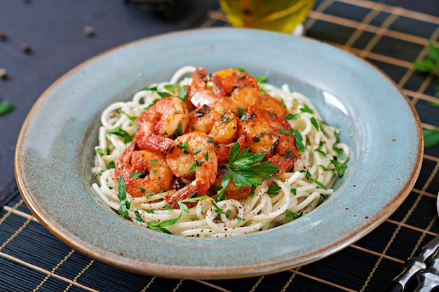 エビ、トマト、パセリのみじん切りとパスタスパゲッティ。健康食品。イタリア料理