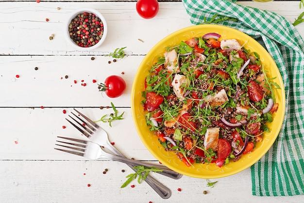 グリルチキンとキノア、トマト、ピーマン、赤玉ねぎのサラダボウルランチ