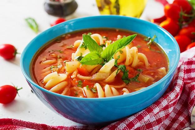 ミネストローネ、パスタとイタリアの野菜スープ