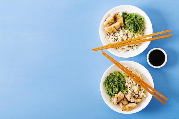 日本の食べ物ご飯、白身魚の煮物、わかめ中華または海藻サラダ。