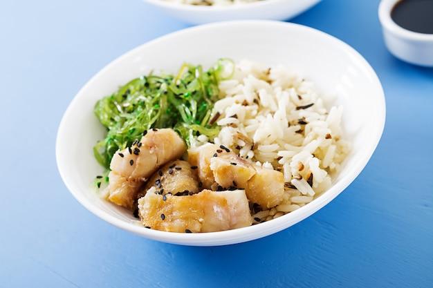 ご飯、白身魚の煮物、わかめ中華または海藻サラダ。