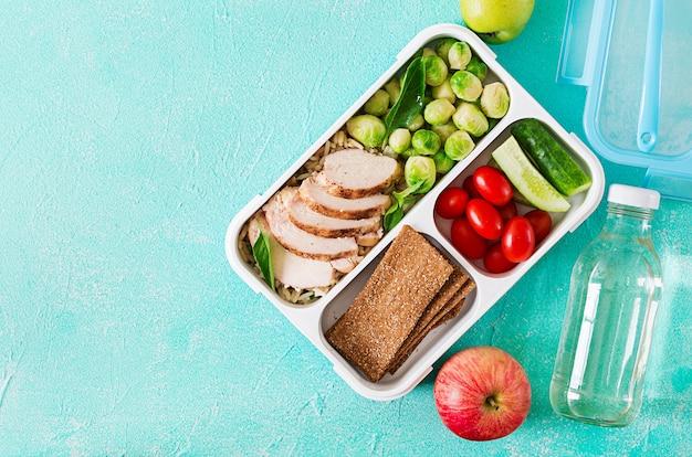 鶏ムネ肉、米、芽キャベツ、野菜の入った健康的なグリーンミールの準備容器