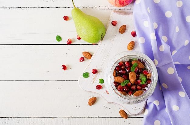 ガラス瓶の中の新鮮な果実とチアプリン。
