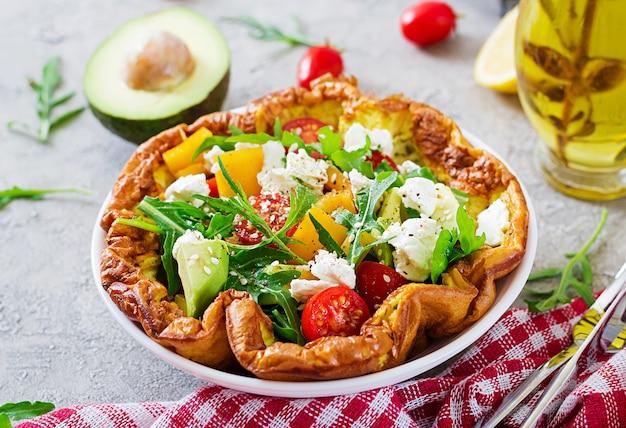 フレッシュトマト、アボカド、モッツァレラチーズのオムレツ。オムレツサラダ。朝ごはん。