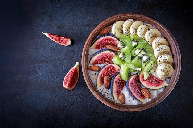 イチジク、キウイ、バナナ、アーモンド、チアシードのおいしい健康的なオートミール