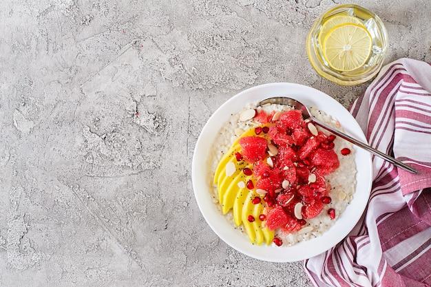 グレープフルーツ、ザクロ、アーモンドとチアシードのおいしくて健康的なオートミール。