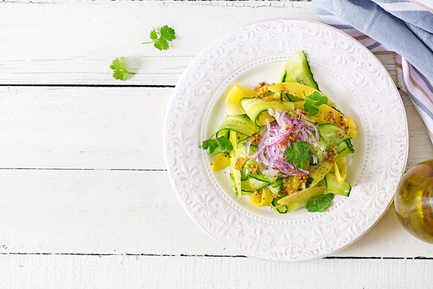 ヘルシービーガンサラダマンゴー、きゅうり、コリアンダー、赤玉ねぎの甘酸っぱいソース。タイ料理。健康食。上面図。平置き