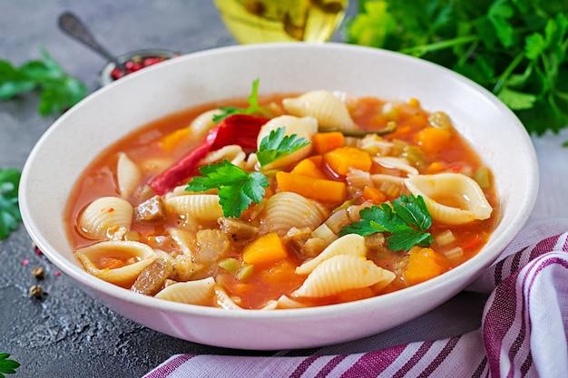 ミネストローネ、テーブルの上のパスタとイタリアの野菜スープ。ビーガンフード