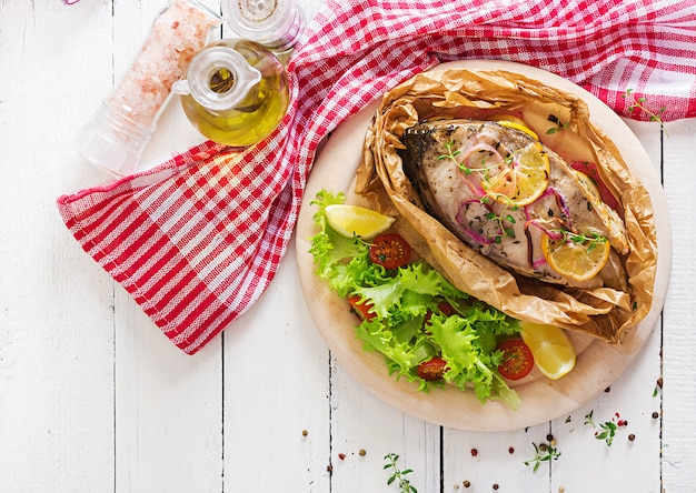 白身魚ステーキ(鯉)野菜と羊皮紙に焼きました。