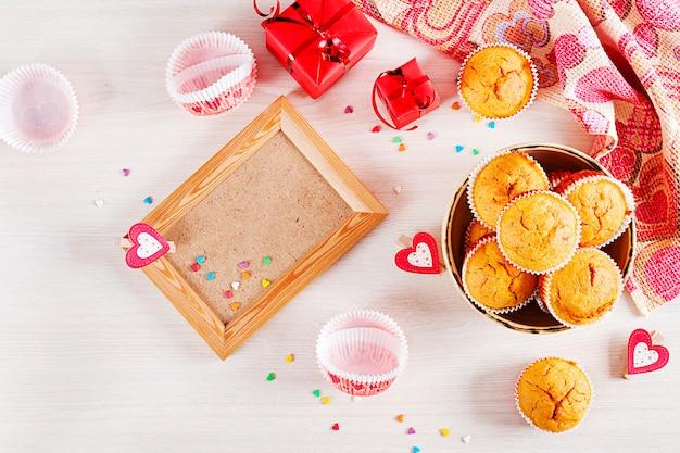 カボチャマフィン。バレンタインデーの装飾が施されたカップケーキ。平らに置きます。上面図。