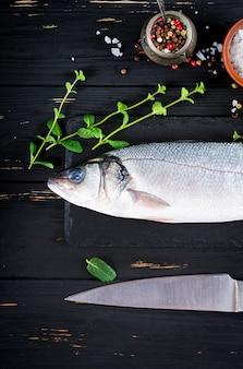 生の魚。スレート黒板にスズキ。料理の材料、グリル、焼き。スペースをコピーします。上面図