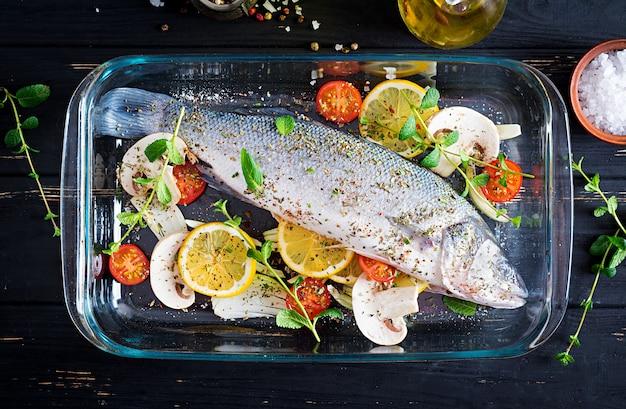 生の魚。グラタン皿にスズキ。料理の材料、グリル、焼き。スペースをコピーします。上面図