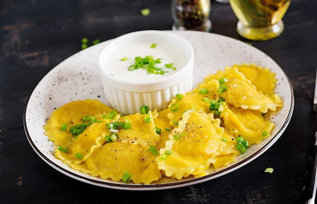 ほうれん草とリコッタチーズのラビオリ。イタリア料理。