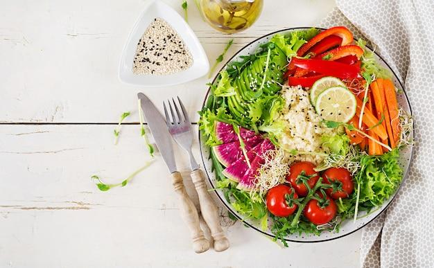 クスクスと野菜のボウル。トレンドフード健康、ダイエット、ベジタリアン料理のコンセプト
