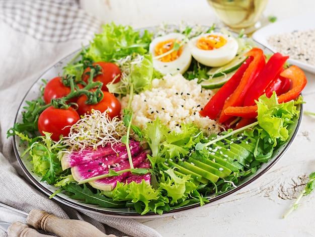 クスクス、卵と野菜のボウル。健康、ダイエット、ベジタリアン料理のコンセプトです。菜食主義者の仏ボウル。