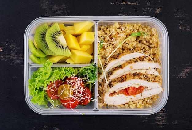 Ланч-бокс куриный, булгур, микрогрин, помидор и фрукты.