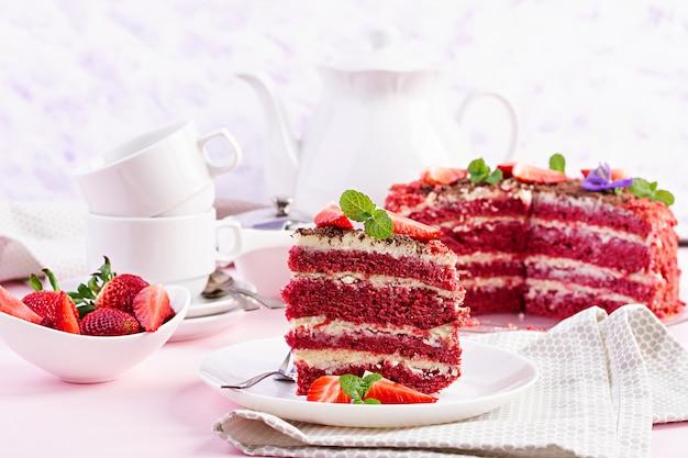 ピンクに赤いベルベットのケーキ。お茶を飲む。