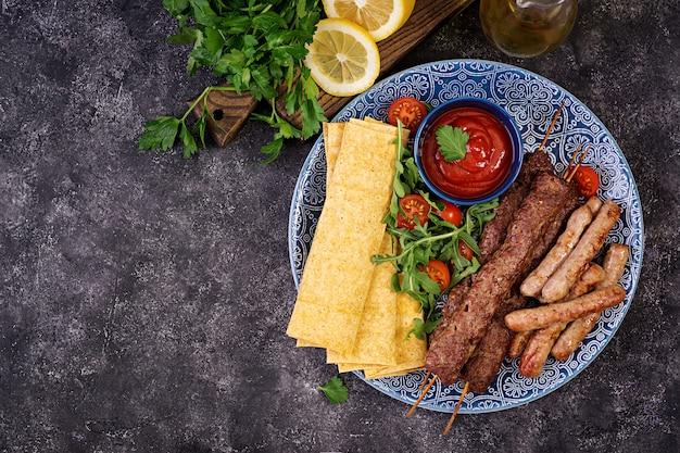 トルコとアラビアの伝統的なラマダンミックスケバブプレート。ケバブアダナ、ラムとビーフ