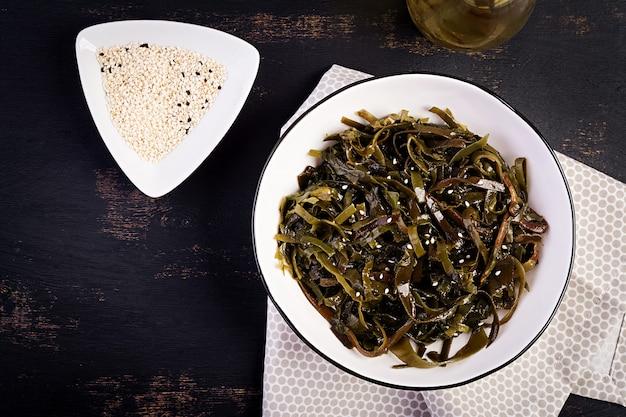 Приправленный салат из морских водорослей и свежих трав. вид сверху.