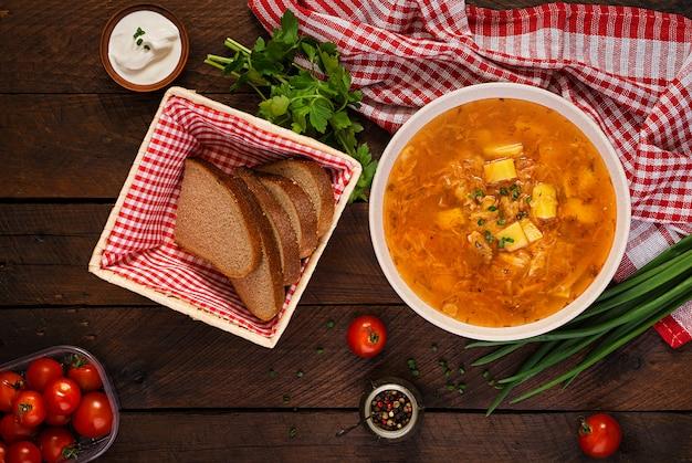 キャベツとロシアの伝統的なスープ-ザワークラウトスープ-シチー。平干し。上面図
