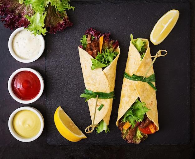 牛肉とグリル野菜(パプリカ、赤玉ねぎ、トマト)のメキシコファヒータ。