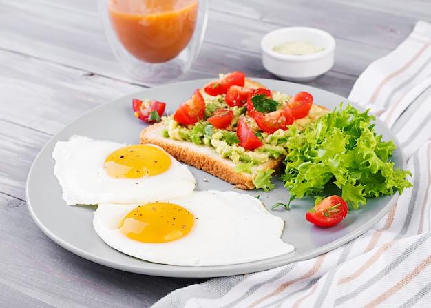朝ごはん。目玉焼き、野菜サラダ、焼きアボカドサンドイッチ