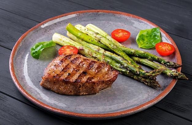 アスパラガスとトマトのバーベキューグリルビーフステーキ肉。