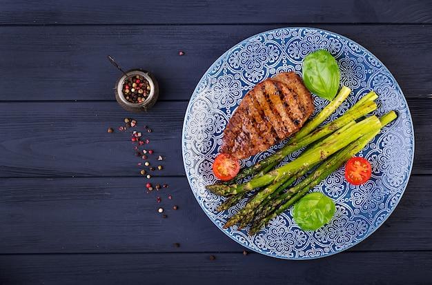 アスパラガスとトマトのバーベキューグリルビーフステーキ肉。上面図