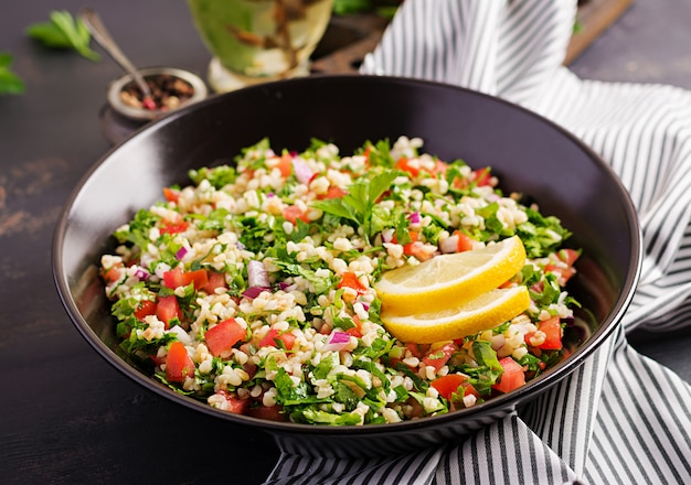 タブーラサラダ。伝統的な中東料理