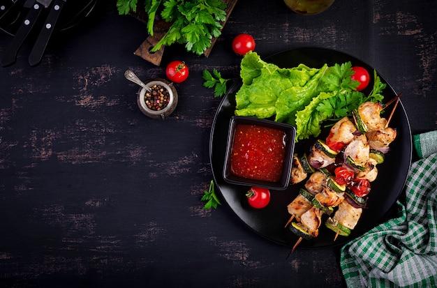肉串焼き、ズッキーニとチキンシシカバブ、トマト、赤玉ねぎ