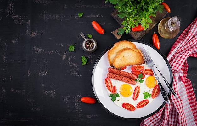 イングリッシュブレックファースト-目玉焼き、トマト、ソーセージ、トースト。上面図、オーバーヘッド