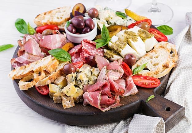 ハム、生ハム、サラミ、ブルーチーズ、モッツァレラチーズとペストとオリーブの前菜盛り合わせ。
