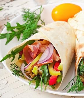 新鮮なトルティーヤは、肉と野菜のプレートでラップします