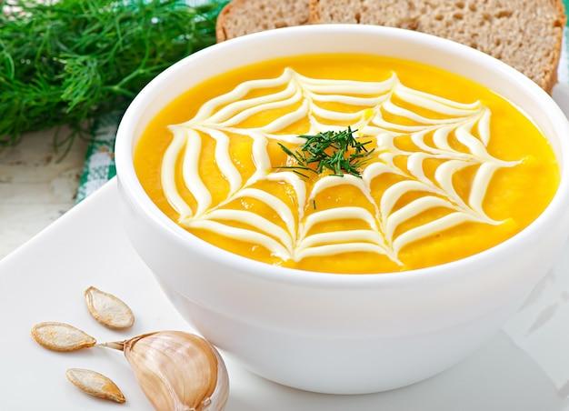 かぼちゃのクリームスープとサワークリームソース