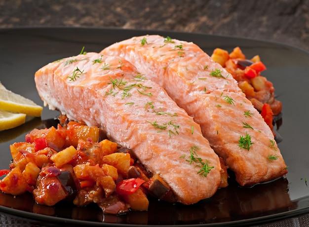 Запеченный лосось с овощами рататуй
