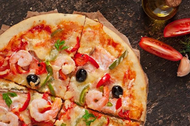 エビ、サーモン、オリーブのピザ