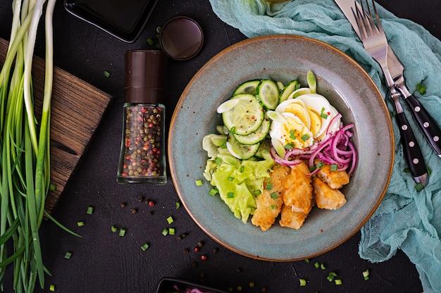 卵、魚のフライ、新鮮な野菜のサラダ。アジア料理。上面図