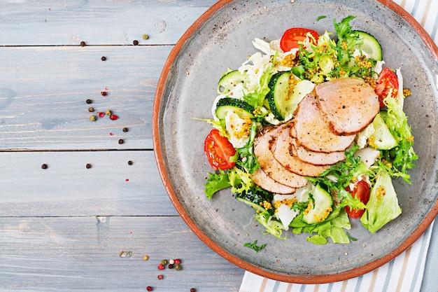 新鮮野菜の仔牛サラダ。ダイエット食品。肉サラダ。上面図。平干し。