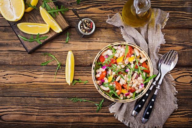 白豆のカネリーニのサラダ。ビーガンサラダ。ダイエットメニュー。平干し。上面図。