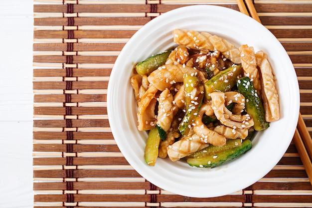 イカとキュウリの甘酸っぱいソースのタイ風スパイシーサラダ。アジア料理。上面図。