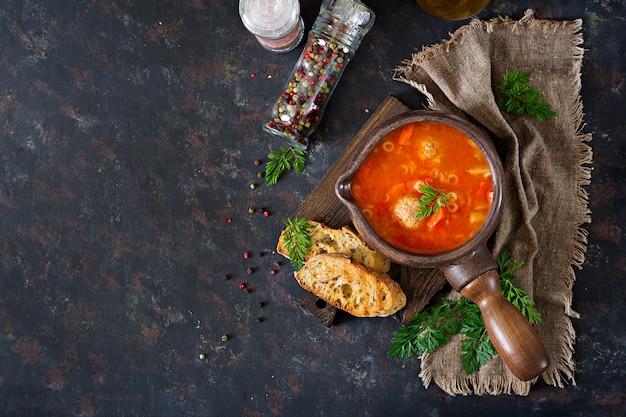 ミートボール、パスタ、野菜のピリ辛トマトスープ。健康的な夕食。上面図