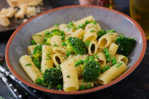 ブロッコリーとグリーンピースのパスタリガトーニ。ビーガンメニュー。ダイエット食品