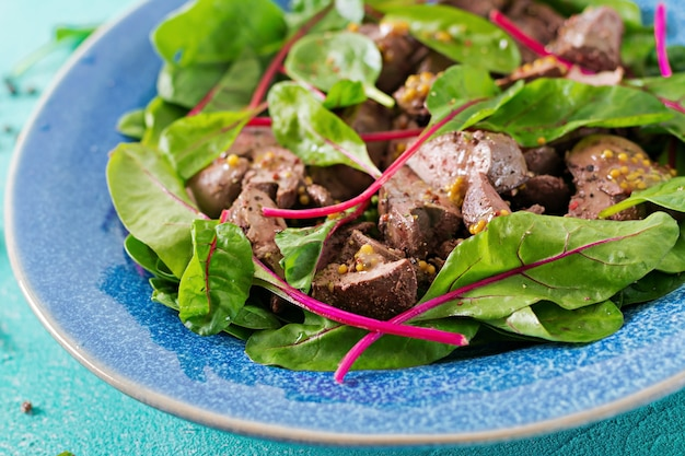 Салат из куриной печени и листьев шпината и мангольда.