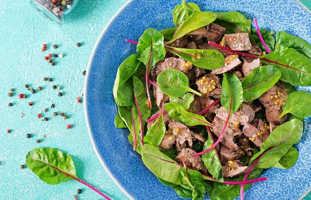 鶏レバーのサラダとほうれん草とチャードの葉。フラットレイトップビュー
